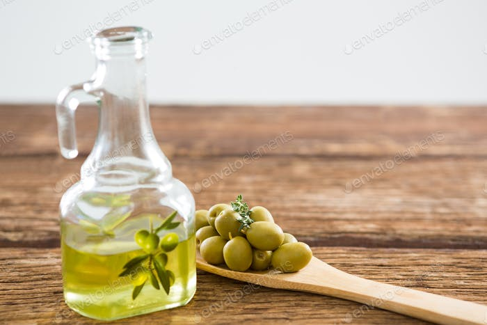 Marinierte Oliven und Olivenöl