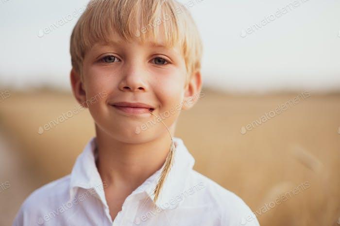 Face close - up von einem Jungen von acht Jahren.