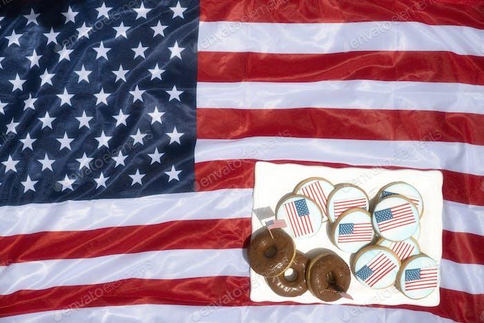 Ansicht der amerikanischen Flagge, Donuts und Kekse mit amerikanischer Flaggenvereisung, 4. Juli