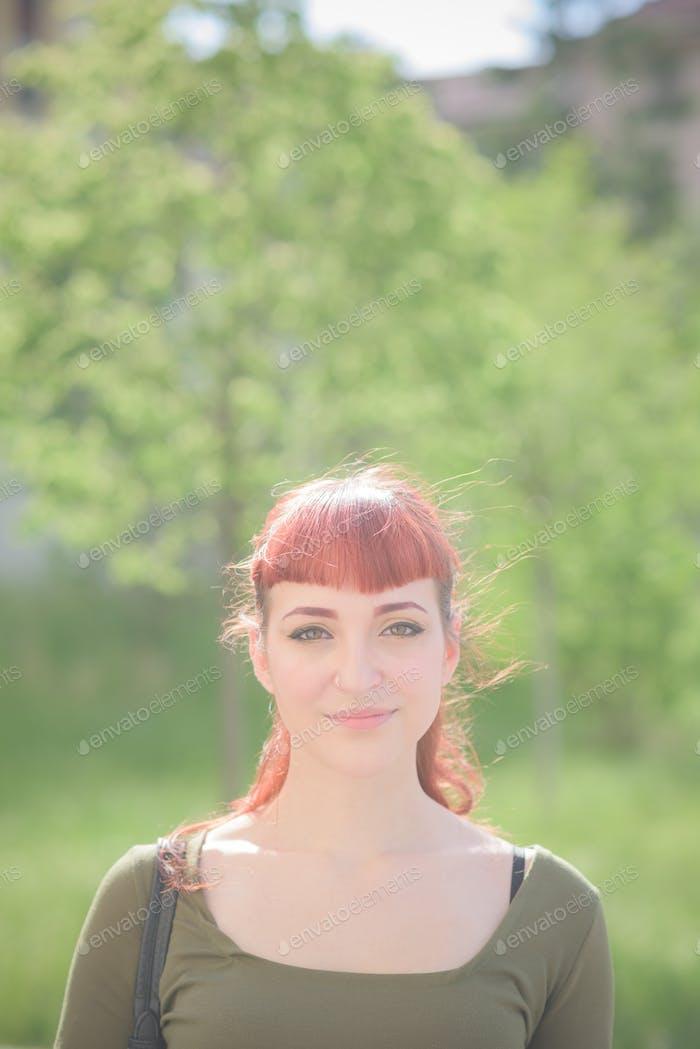 junge gut aussehende rothaarige kaukasische Frau posiert
