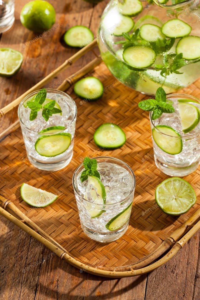 Erfrischendes Eiswasser mit Limette