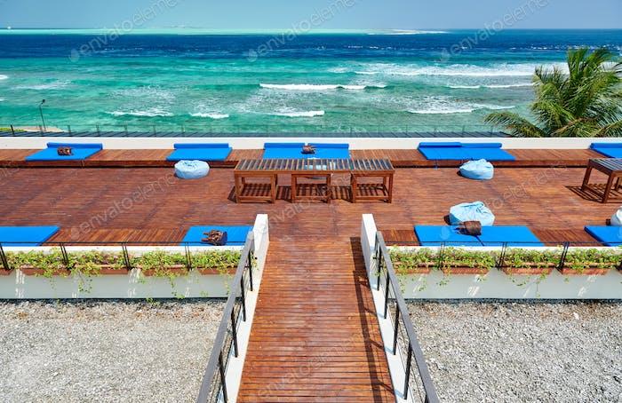 Tropischer Strand mit Terrassendeck