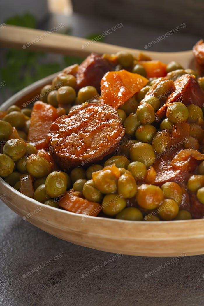 Erbseneintopf mit Karotte und Schweinefleisch Würstchen