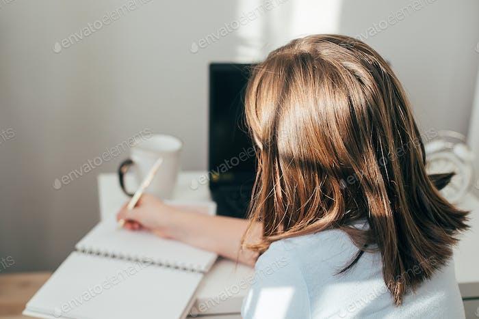 Estudia en casa, hace los deberes escolares. Educación y educación a distancia para niños.