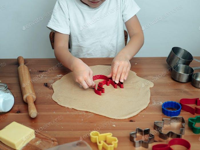 Hijo en la cocina haciendo galletas