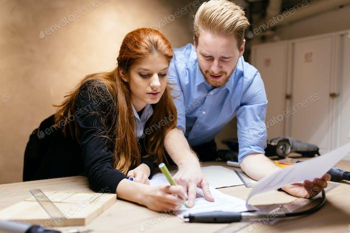 Geschäftsleute arbeiten im Büro zusammen und arbeiten gemeinsam an Projekt