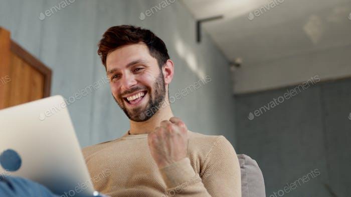 Ein erfolgreicher Mann reagiert emotional auf die Nachrichten