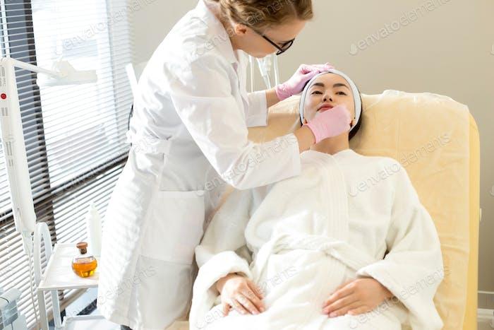 Kosmetikerin Durchführung Beauty-Behandlung