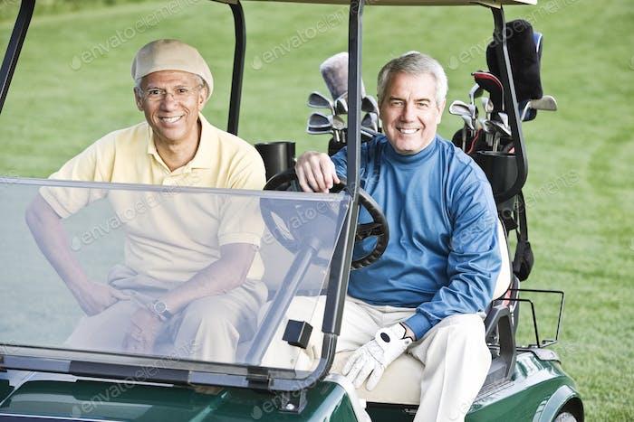 Team von Senioren-Golfern, um eine Runde Golf zu spielen.