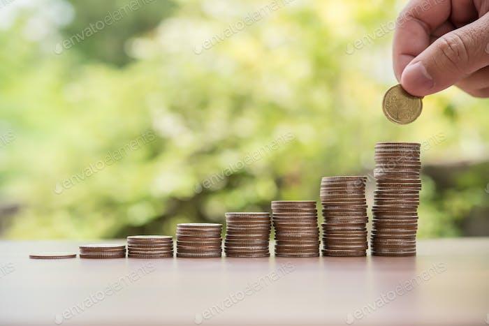 Ahorro concepto de dinero. mano poner dinero pila de monedas