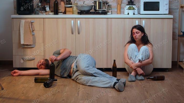 Alkoholischer Mann auf dem Boden liegend