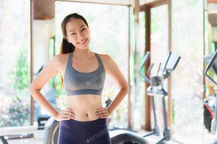Porträt schöne junge asiatische Frau Übung mit fitness equip