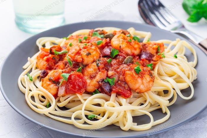 Linguine Puttanesca Pasta mit Garnelen in würziger Tomaten-Basilikum-Sauce, horizontal