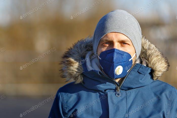 hombre con máscara de protesta en la calle, protección contra el virus corona