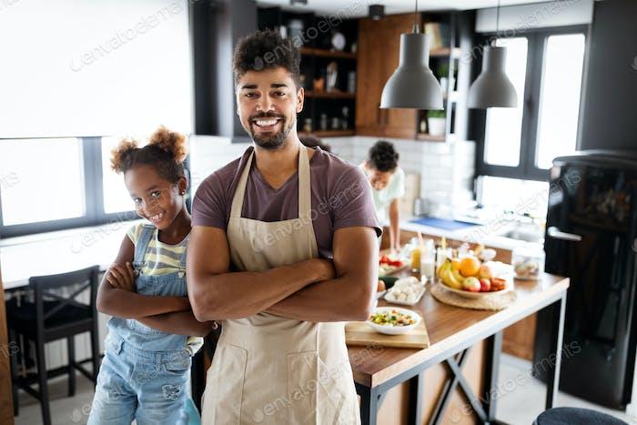 Glückliche Familie Kochen zusammen Essen in der Küche