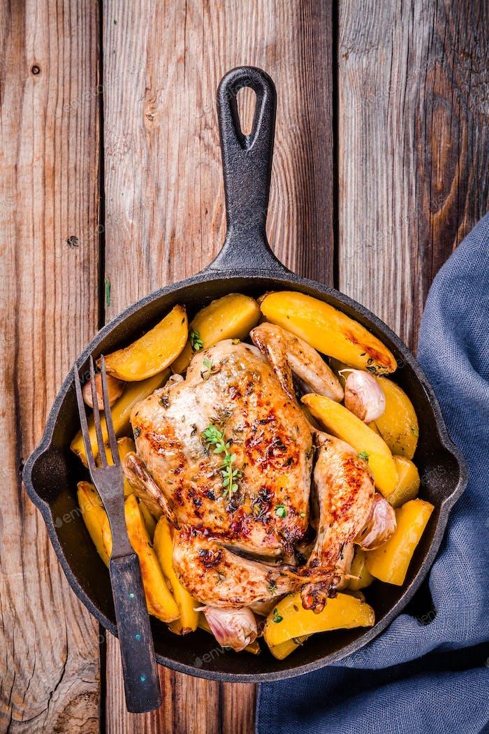 Gebratenes ganzes Huhn mit Kartoffeln und Thymian