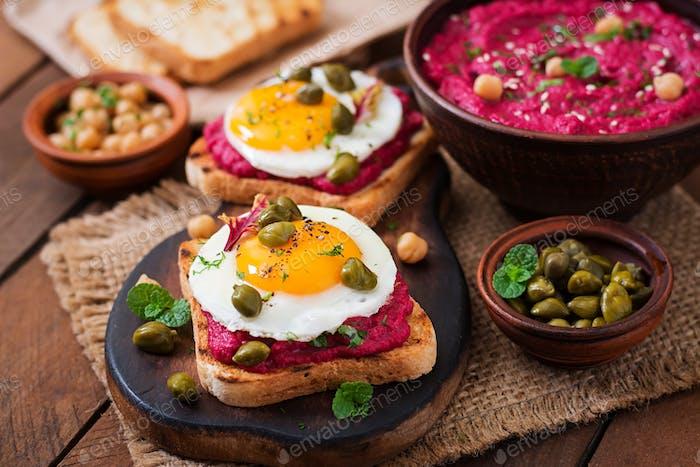 Diät-Sandwiches mit Rübenwurzel Hummus, Kapern und Ei