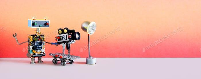Roboterfilmen. Lustige Roboter Kameramann Betreiber schießt Film