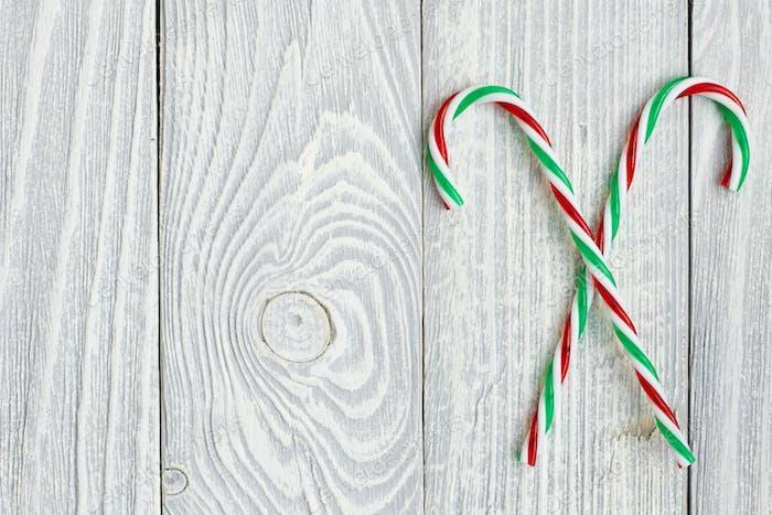 Weihnachtsrohrdekoration auf hölzernem Hintergrund