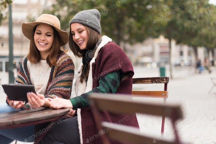 Freunde im Tablet auf der Straße