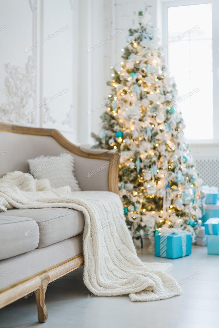 Ruhige Bild von Innen Luxus Haus Wohnzimmer dekoriert Weihnachtsbaum und Geschenke, Sofa bedeckt mit
