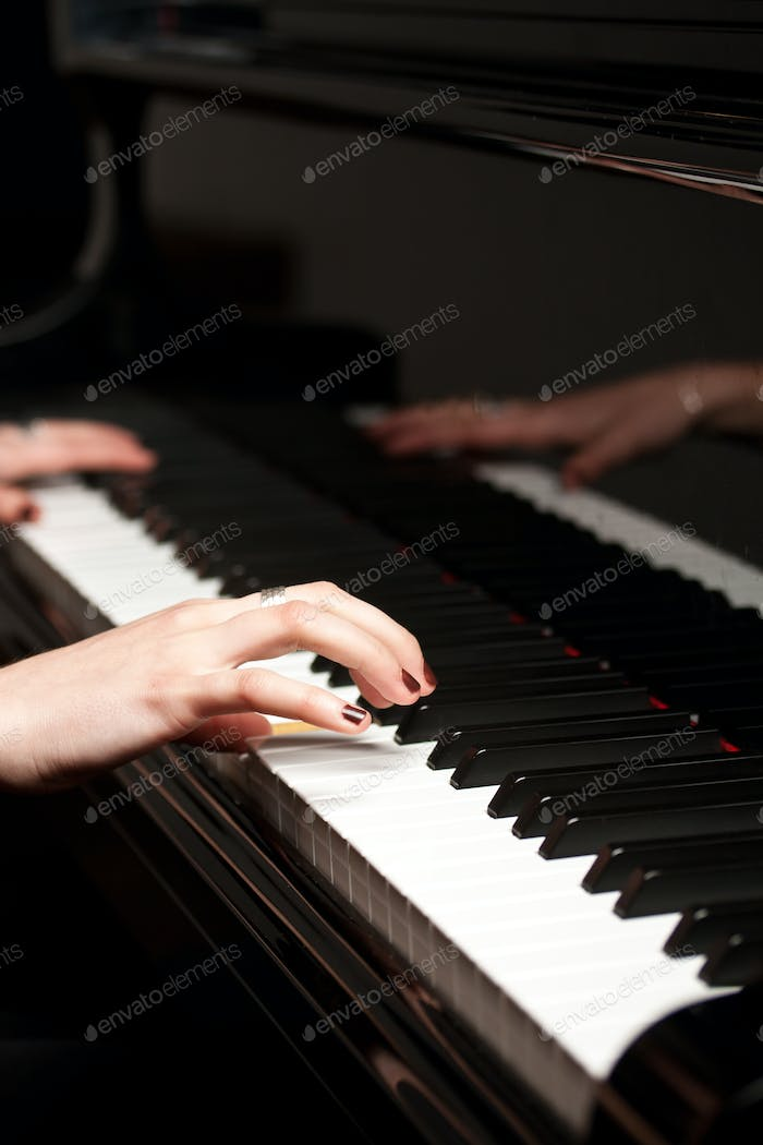hands of a piano player