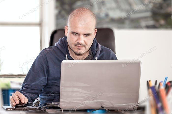 Hombre que Trabajo desde el Ordenador portátil