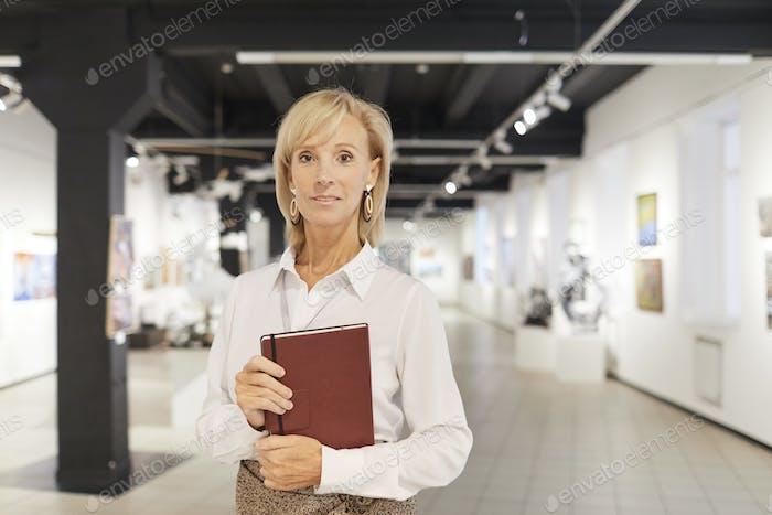 Eleganter Kunstexperte posieren in der Galerie