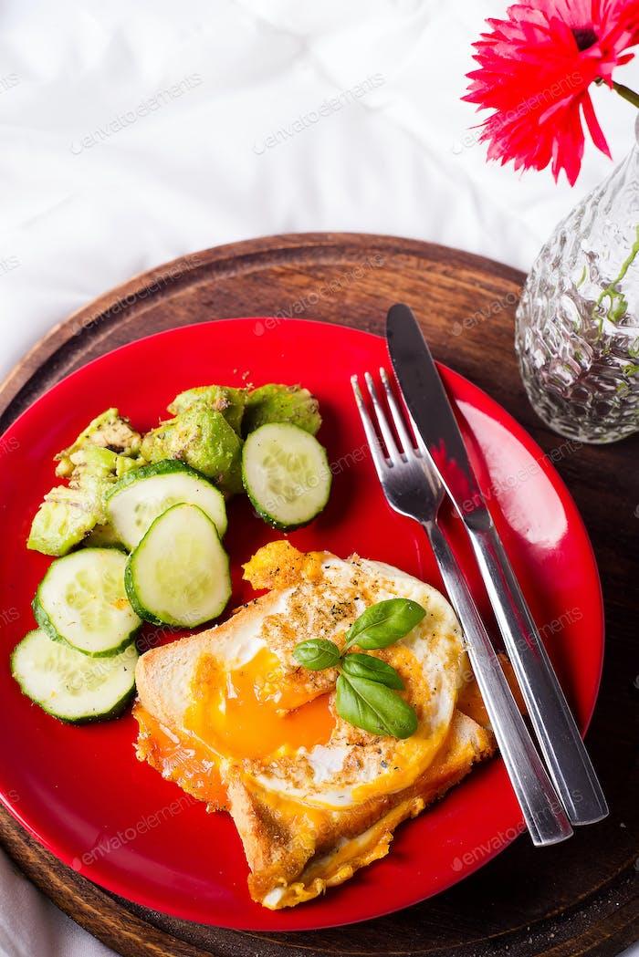 Gesundes Frühstück serviert zu Bett mit Blumen