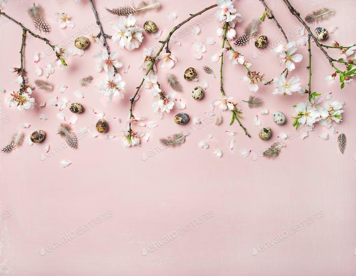Osterhintergrund mit Eiern, Mandelblüten und Federn