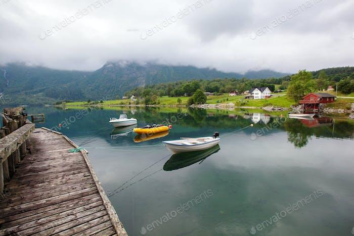 schöne Landschaft See und Boot, Norwegen
