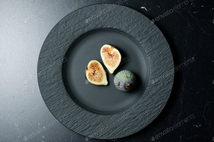 Sliced figs in the plate