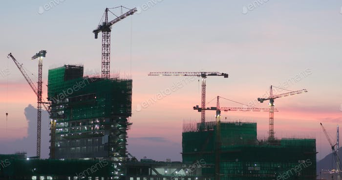 Site de construction au coucher du soleil