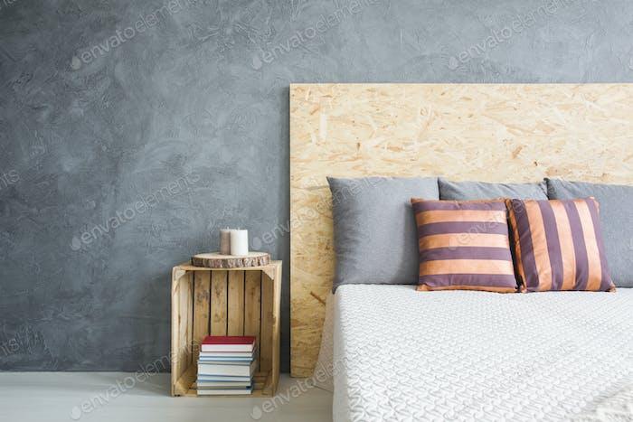 Holzkopfteil des Bettes