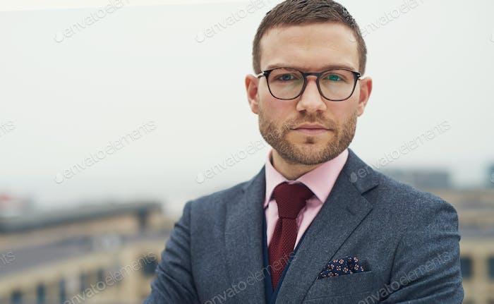 Ernst intensive junge Geschäftsmann mit Brille