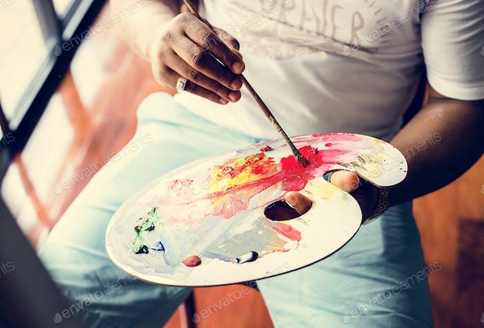 Schwarzer Künstler Mann tun seine Kunst Arbeit