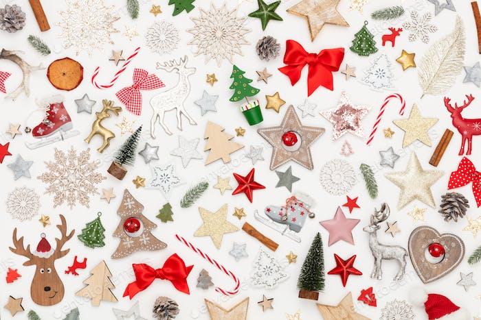 Weihnachten flach lag Hintergrund auf dem weißen Holztisch.
