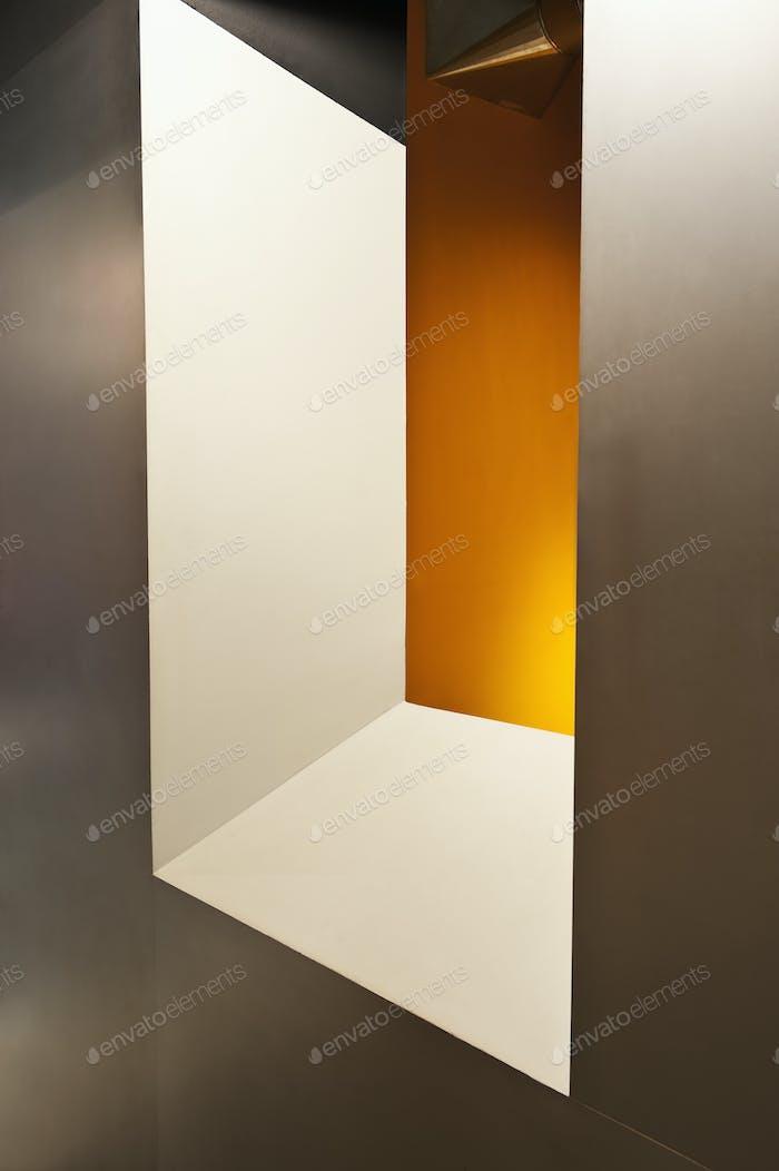 Fenster auf gelbe Wand.