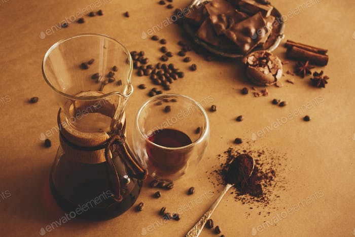 Glasbecher mit frischem Kaffee