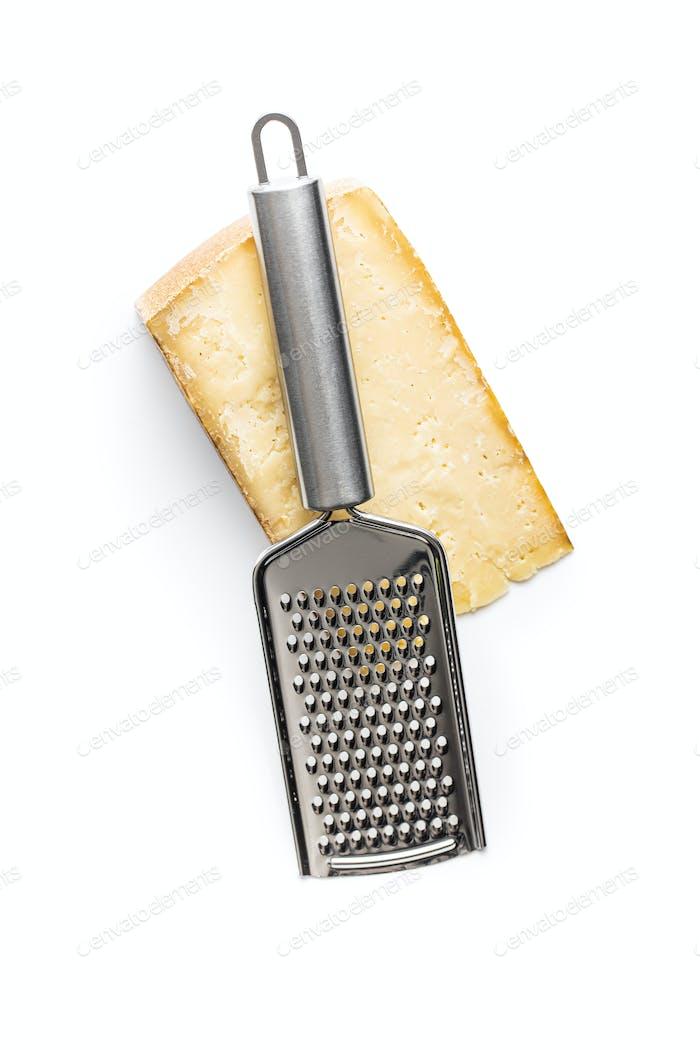 Lecker Käseblock und Käsereibe.