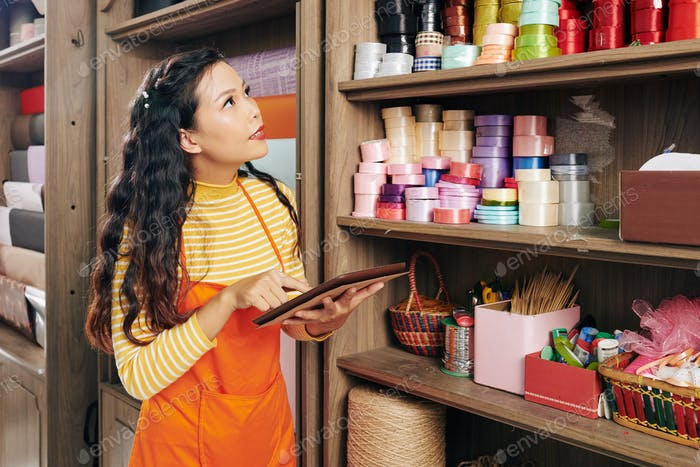 Blumenladenbesitzer bestellt handwerkliche Produkte