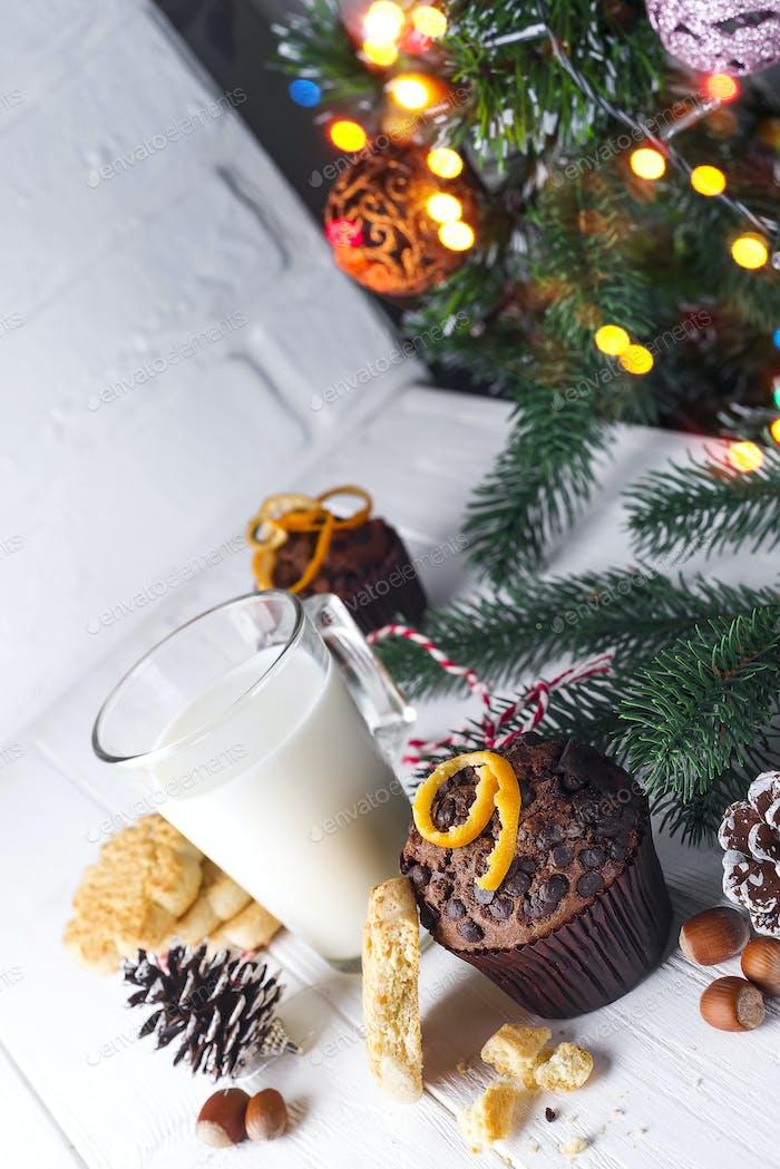 Plätzchen mit Milch, Muffin, Plätzchen und Weihnachtsbaum