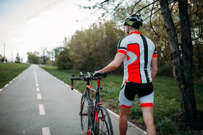 Radfahrer im Helm und Sportbekleidung Fahrten auf dem Fahrrad