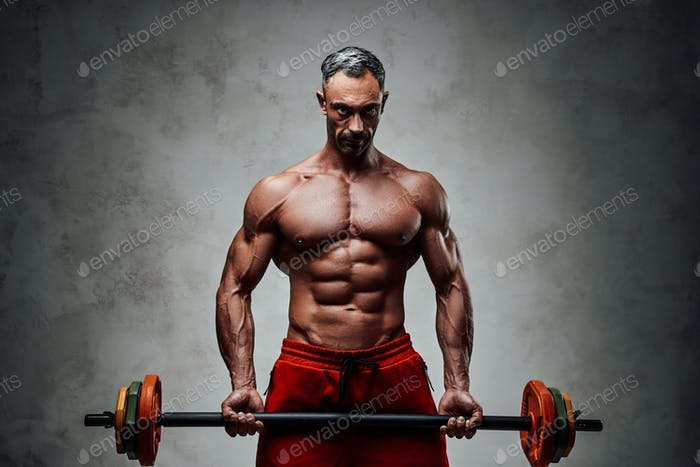 Nahaufnahme Foto eines hemdlosen Sportlers, der mit einer Langhantel in einem hellen Studio