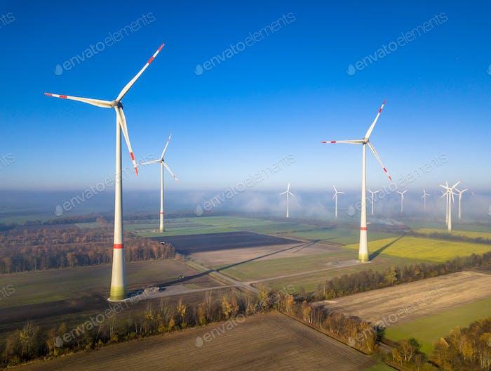 Luftaufnahme von Windkraftanlagen