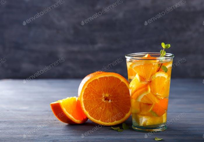 Detox Infundiertes Wasser mit Orange.Gesundes Getränk.