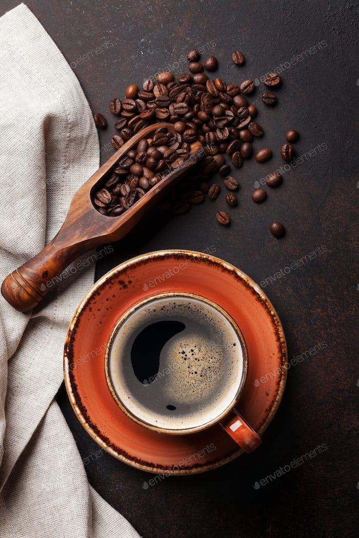 Kaffeetasse auf alten Küchentisch