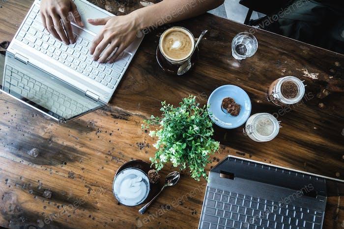Digitale Nomaden arbeiten in einem Coffeeshop