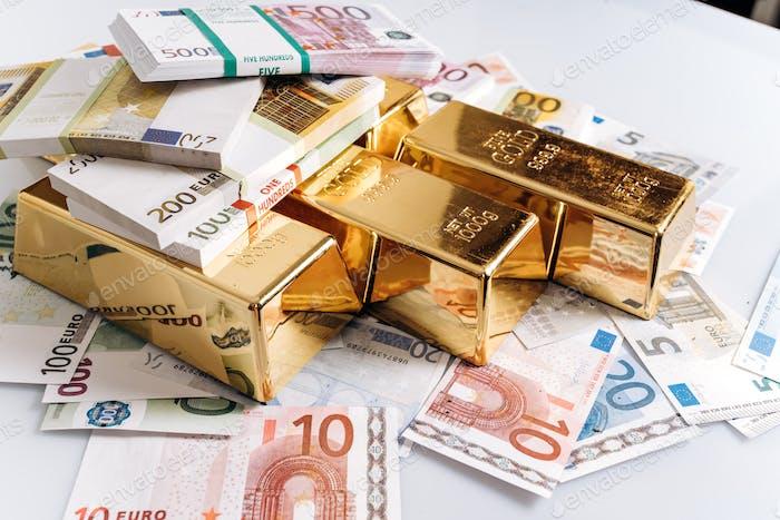 Goldbarren bei Euro-Banknoten Nahaufnahme Hintergrund. Goldbarren liegen auf Euro-Banknoten