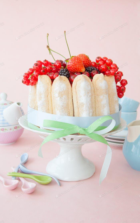 Kuchen mit roten Früchten